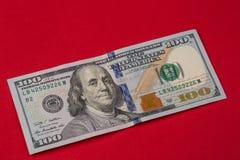 Ciérrese para arriba de nuevo cientos billetes de dólar imagen de archivo