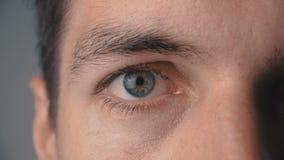 Ciérrese para arriba de ojo del ` s del hombre metrajes