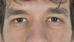 Ciérrese para arriba de ojos del centelleo del hombre casual joven metrajes