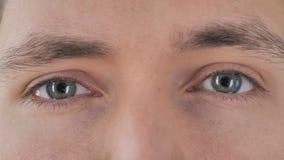 Ciérrese para arriba de ojos del centelleo del hombre joven almacen de video