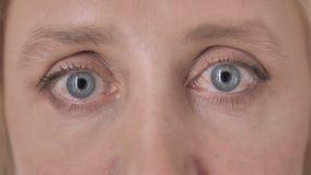 Ciérrese para arriba de ojos del centelleo de la mujer mayor almacen de metraje de vídeo