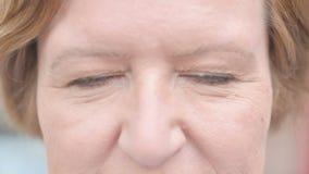 Ciérrese para arriba de ojos del centelleo de la mujer mayor metrajes