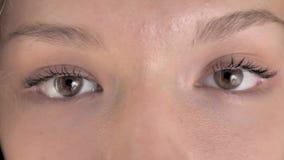 Ciérrese para arriba de ojos del centelleo de la mujer del pelo rizado metrajes