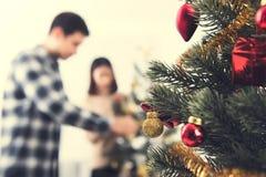 Ciérrese para arriba de ornamentos en el árbol de navidad Fotos de archivo