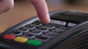 Ciérrese para arriba de pagar sobre la cámara lenta del tarjeta-lector almacen de metraje de vídeo