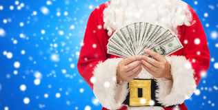 Ciérrese para arriba de Papá Noel con el dinero del dólar Fotos de archivo