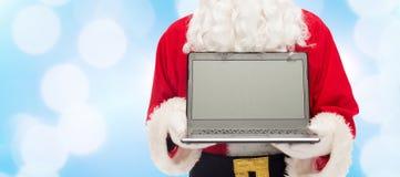 Ciérrese para arriba de Papá Noel con el ordenador portátil Imagenes de archivo