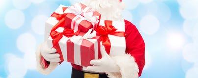 Ciérrese para arriba de Papá Noel con la caja de regalo Foto de archivo libre de regalías