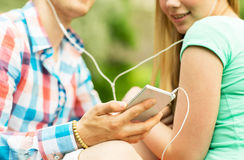Ciérrese para arriba de pares con smartphone y los auriculares Imagenes de archivo