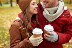 Ciérrese para arriba de pares felices con café en otoño Fotografía de archivo