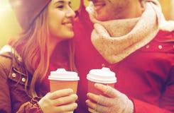 Ciérrese para arriba de pares felices con café en otoño Fotografía de archivo libre de regalías