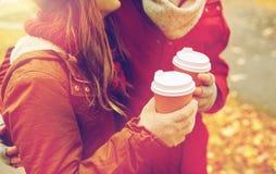 Ciérrese para arriba de pares felices con café en otoño Imagen de archivo