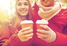 Ciérrese para arriba de pares felices con café en otoño Foto de archivo