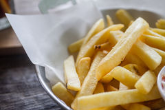 Ciérrese para arriba de patatas fritas en la tabla Fotos de archivo libres de regalías