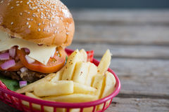 Ciérrese para arriba de patatas fritas y del cheeseburger en cesta Imagen de archivo