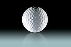 Ciérrese para arriba de pelota de golf en fondo ligero gradated fotografía de archivo libre de regalías