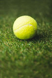 Ciérrese para arriba de pelota de tenis Imagenes de archivo
