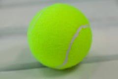 Ciérrese para arriba de pelota de tenis amarilla fluorescente Fotos de archivo libres de regalías