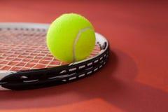 Ciérrese para arriba de pelota de tenis en la estafa Fotos de archivo