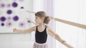 Ciérrese para arriba de pequeña bailarina en la danza practicante de Pointe en la escuela del ballet clásico metrajes