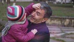 Ciérrese para arriba de pequeña muchacha y el abuelo que abraza, amor de la sensación el uno al otro, disfruta de la atmósfera pa metrajes
