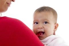 Ciérrese para arriba de pequeño bebé lindo con la madre Fotografía de archivo
