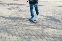 Ciérrese para arriba de pies del skater mientras que patina en el parque Imágenes de archivo libres de regalías