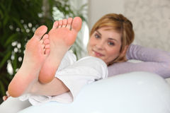 Ciérrese para arriba de pies femeninos Imágenes de archivo libres de regalías