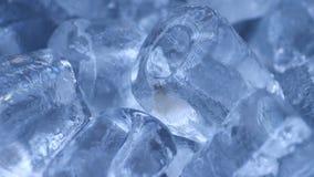 Ciérrese para arriba de pila del cubo de hielo almacen de metraje de vídeo
