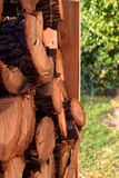 Ciérrese para arriba de pilas de madera Corte los registros para el invierno en un jardín foto de archivo libre de regalías