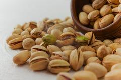 Ciérrese para arriba de pistachos en una tabla de cocina foto de archivo libre de regalías