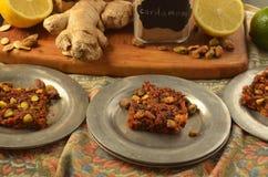 Ciérrese para arriba de placas de la zanahoria Burfi con los pistachos Imagenes de archivo