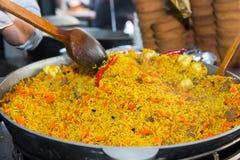 Ciérrese para arriba de plato del arroz del sofrito con la carne y las verduras en grande Imágenes de archivo libres de regalías