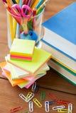 Ciérrese para arriba de plumas, de libros, de clips y de etiquetas engomadas Foto de archivo libre de regalías