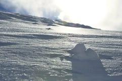 Ciérrese para arriba de poco montain de la nieve imagenes de archivo