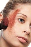 Ciérrese para arriba de polvo del maquillaje en una mejilla Imagen de archivo