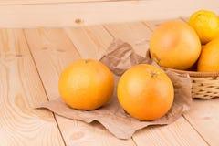 Ciérrese para arriba de pomelos frescos en la tabla de madera Imágenes de archivo libres de regalías