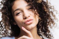 Ciérrese para arriba de poner mala cara rizado de la mujer joven Imágenes de archivo libres de regalías
