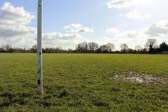 Ciérrese para arriba de posts de la meta en un campo en The Sun Fotografía de archivo