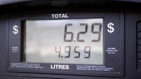 Ciérrese para arriba de precios de la gasolina de levantamiento en la pantalla de la bomba almacen de video
