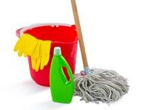 Ciérrese para arriba de productos de limpieza y aljofife con el cubo Foto de archivo