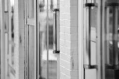Ciérrese para arriba de puertas urbanas de la tienda fotografía de archivo