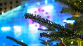 Ciérrese para arriba de rama y 23-52 en el reloj de la Navidad y el árbol de abeto en Moscú almacen de metraje de vídeo