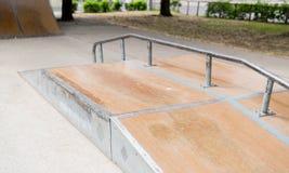 Ciérrese para arriba de rampa en el skatepark de la ciudad Fotos de archivo libres de regalías