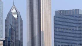 Ciérrese para arriba de rascacielos en Chicago almacen de metraje de vídeo