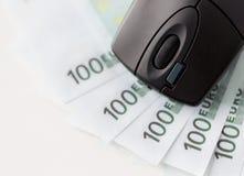 Ciérrese para arriba de ratón del ordenador y del dinero del efectivo del euro Imagen de archivo