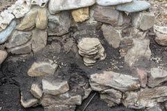 Ciérrese para arriba de restos de la pared de piedra demolida imágenes de archivo libres de regalías