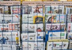 Ciérrese para arriba de revistas y de periódicos británicos e internacionales, incluyendo árabe, para la venta en un quiosco de L fotos de archivo libres de regalías