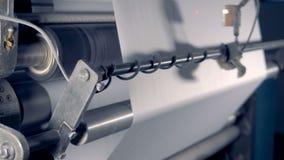 Ciérrese para arriba de Rolls grande del papel en un equipo de producción de papel almacen de video