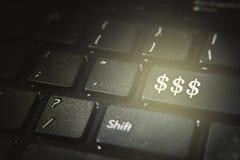 Ciérrese para arriba de símbolo del dólar en un botón del teclado de ordenador imágenes de archivo libres de regalías